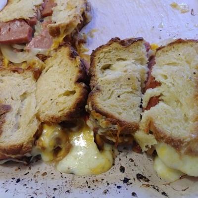 ızgara spam®, domates, çedar peyniri ve tatlı soğanlı sandviç