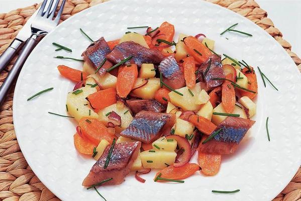 kavrulmuş sebze ile ringa balığı salatası