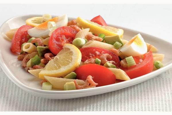 karides ve avokado ile makarna salatası