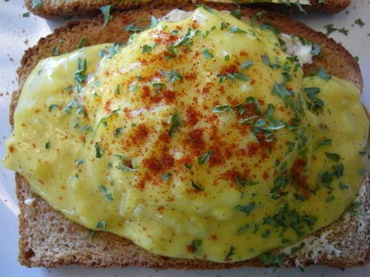 kızarmış ekmek üzerinde kurutulmuş yumurta