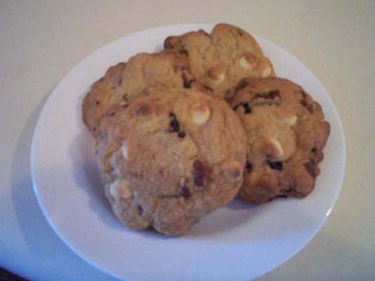 beyaz çikolata, kiraz ve cevizli kurabiye