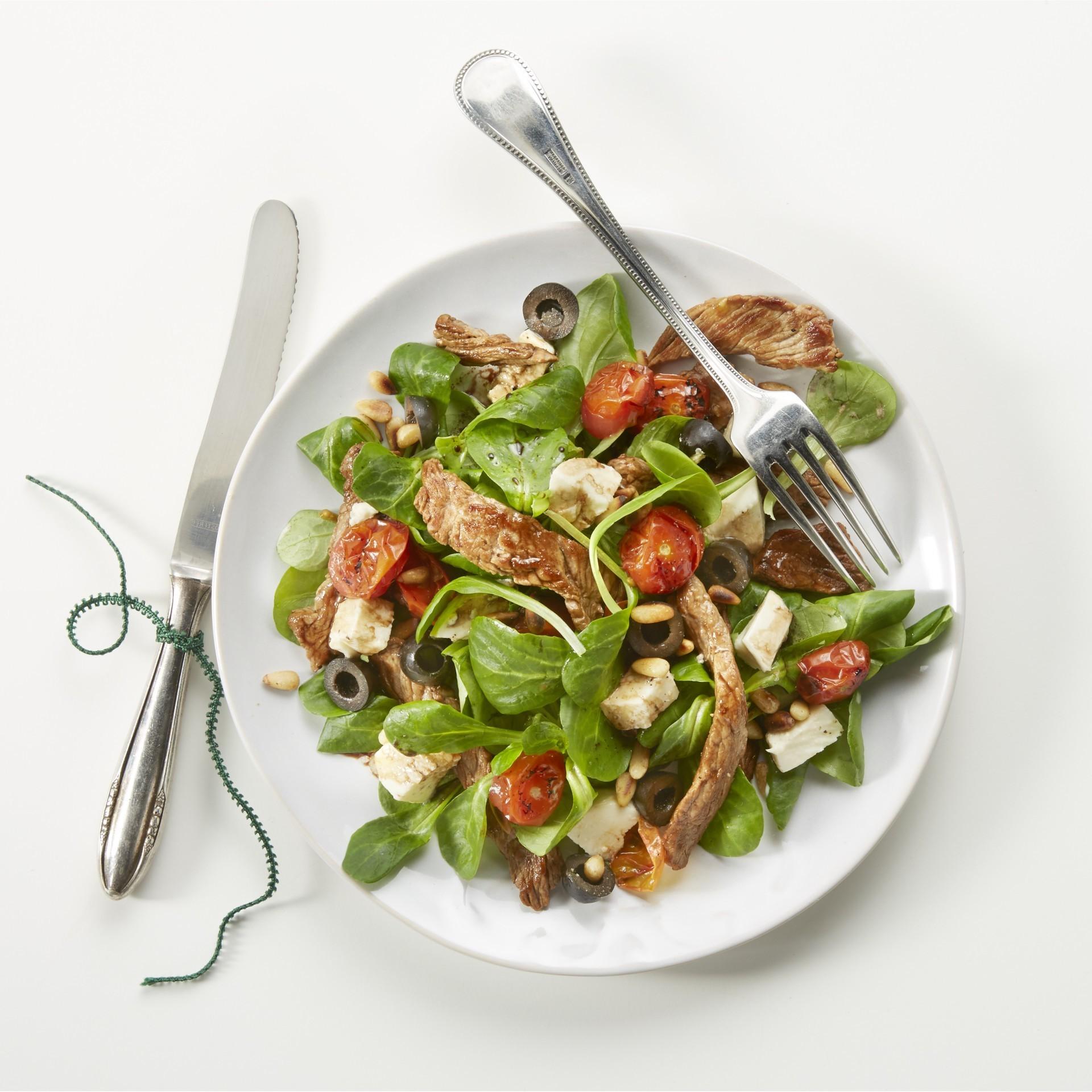 Dana kaburga ve közlenmiş domates salatası