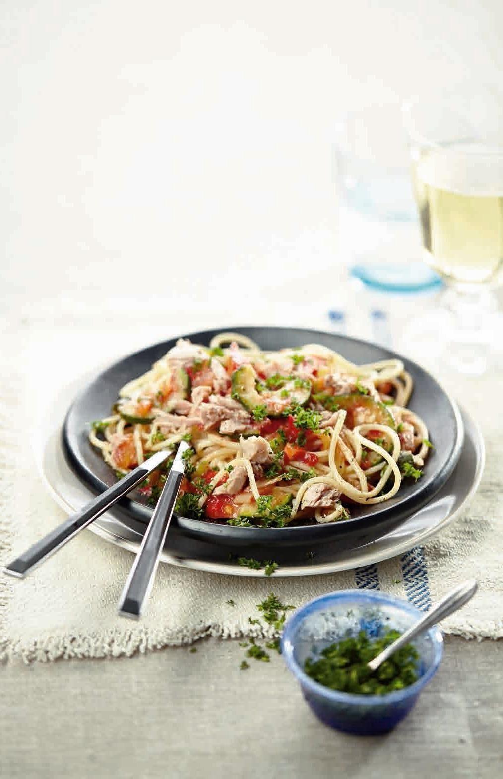 Ton balıklı ve tavada sebzeli spagetti