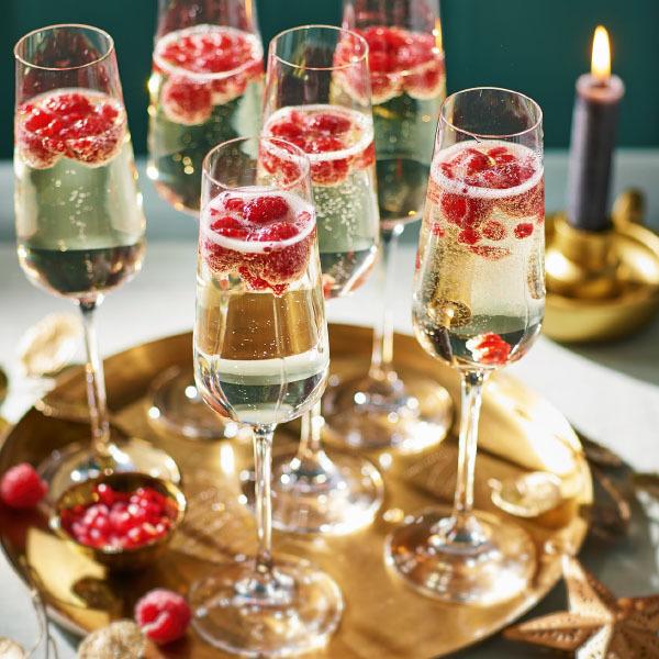 Kırmızı meyve ile şampanya