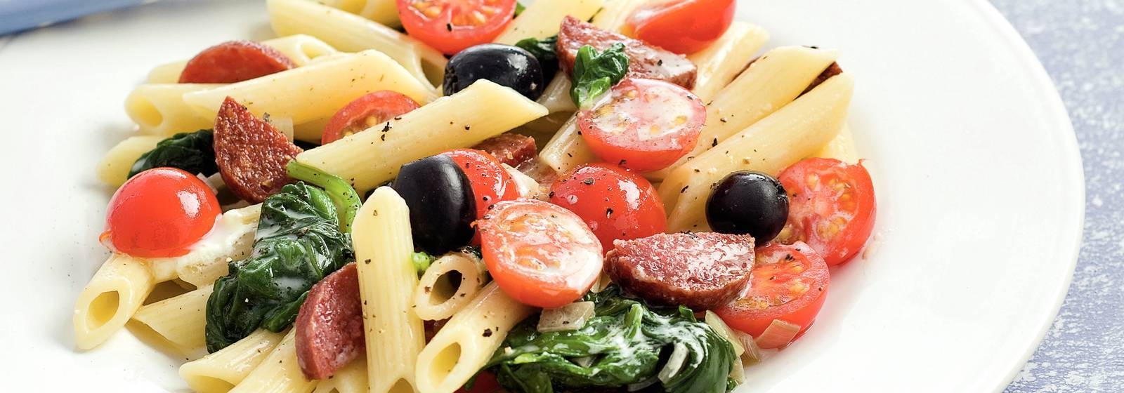 Salam, kiraz domates ve ıspanaklı penne