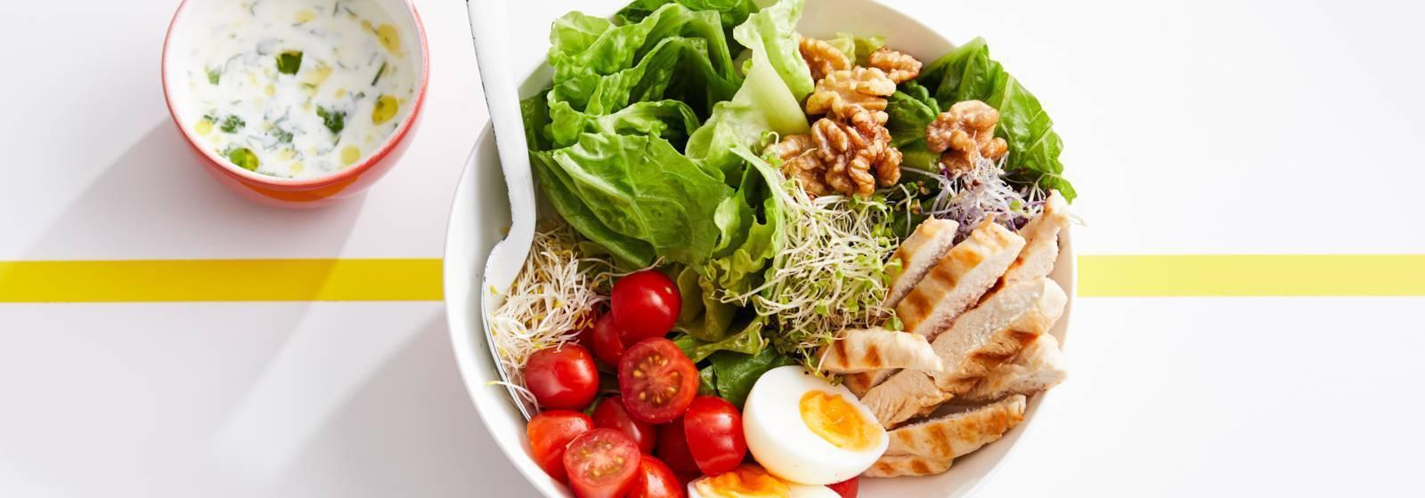 ızgara tavuk ve yoğurt sosu ile spor salatası