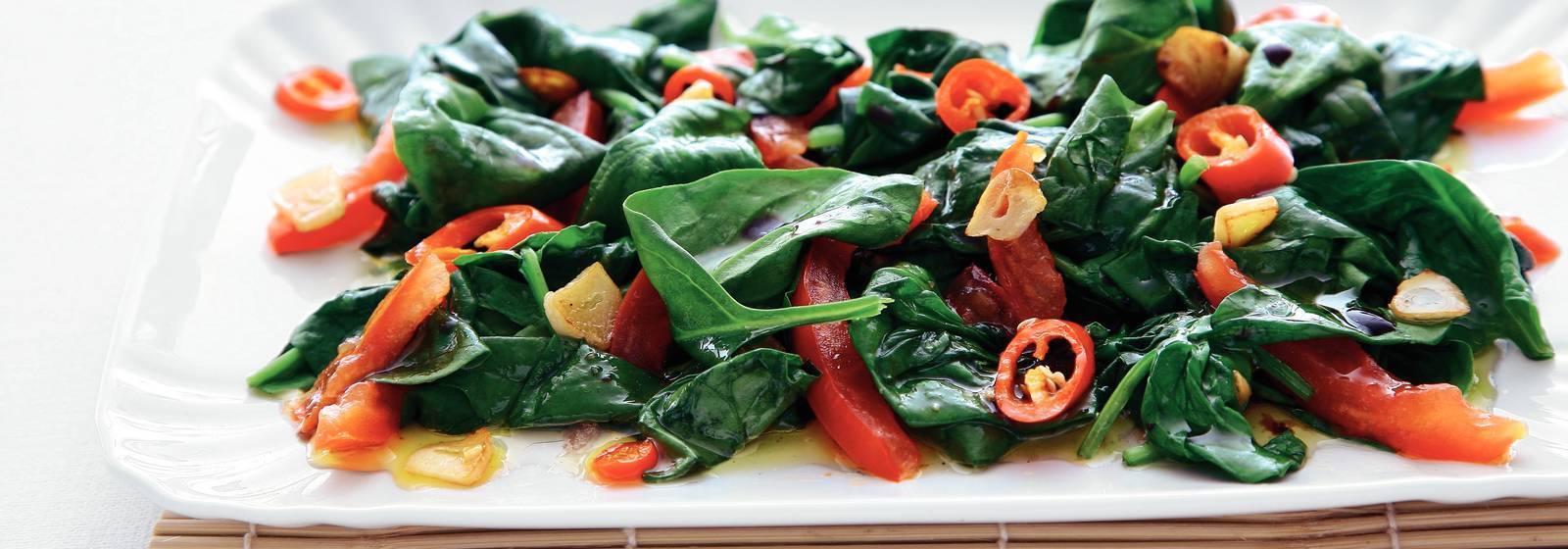 Kırmızı biber ve domates ile ıspanak