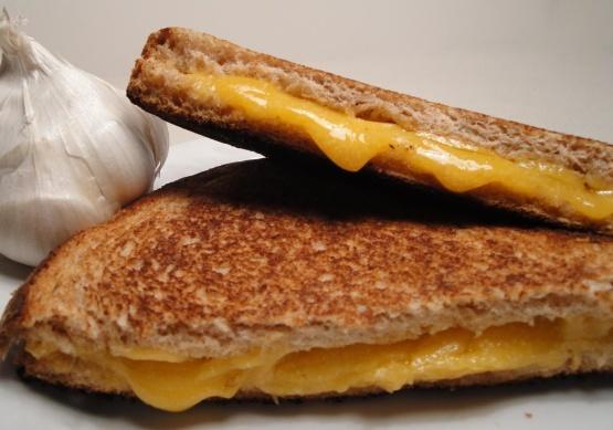 Kavrulmuş sarımsak ızgara peynirli sandviç